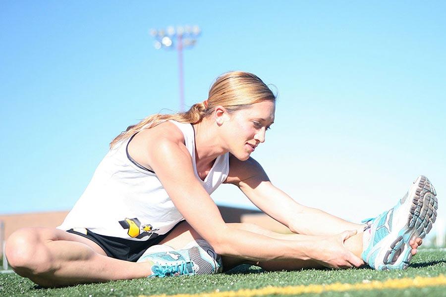 ragazza che fa stretching, osteopatia
