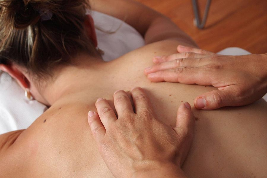 massaggio alla schiena di una donna